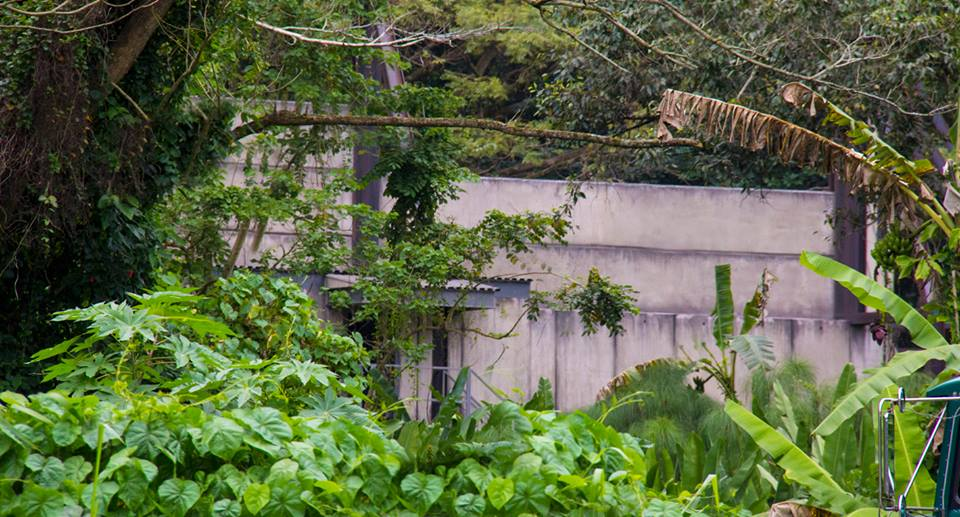 10175990_729071587137355_2916343331419308880_n-new-jurassic-world-set-pictures-reveal-mysterious-bunker