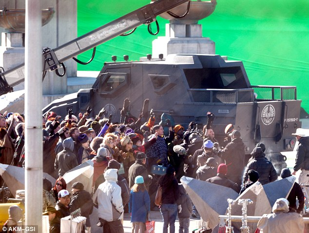 capitol-mockingjay-caught-in-atlanta-on-green-screen-scene