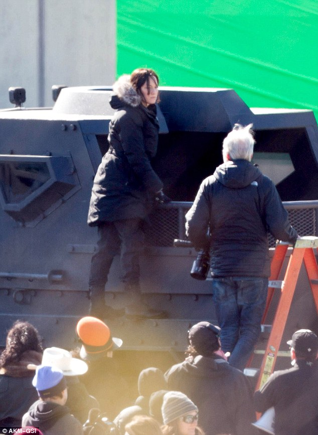 katniss-mockingjay-caught-in-atlanta-on-green-screen-scene