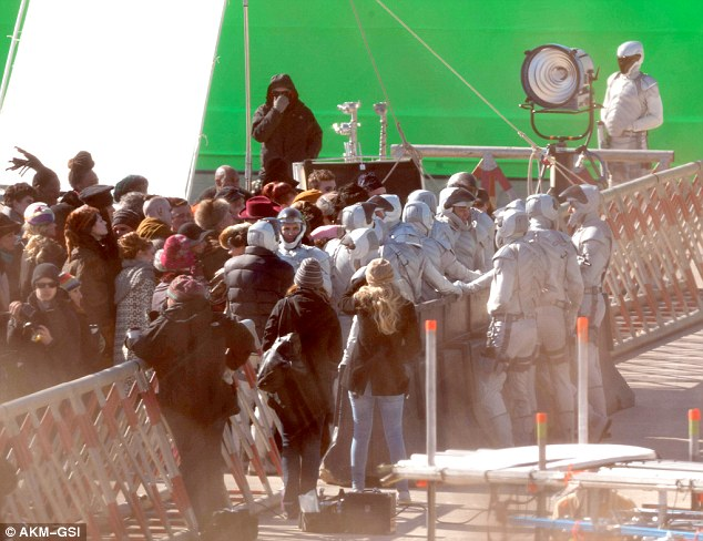 peacekeepers-mockingjay-caught-in-atlanta-on-green-screen-scene